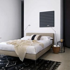 """Kolekcja łóżek Charles z lekkimi,charakterystycznymi nogami, które przybierają kształt litery """"L"""". Fot.B&B Italia."""