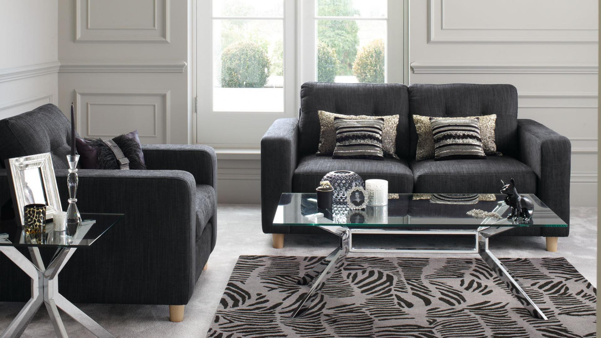 Dwuosobowe sofy w minimalistycznym wydaniu. Fot. Debenhams.
