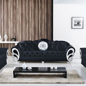 Czarne ozdobne sofy zestawione z nowoczesnym stolikiem w tym samym kolorze tworzą niezwykle oryginalną aranżację. Fot. Turkish Home.
