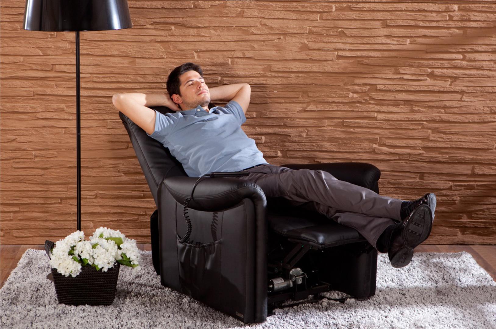 Rozkładany fotel Dublin z czarnej skóry zapewni komfort podczas oglądania telewizji. Fot. Istikbal.