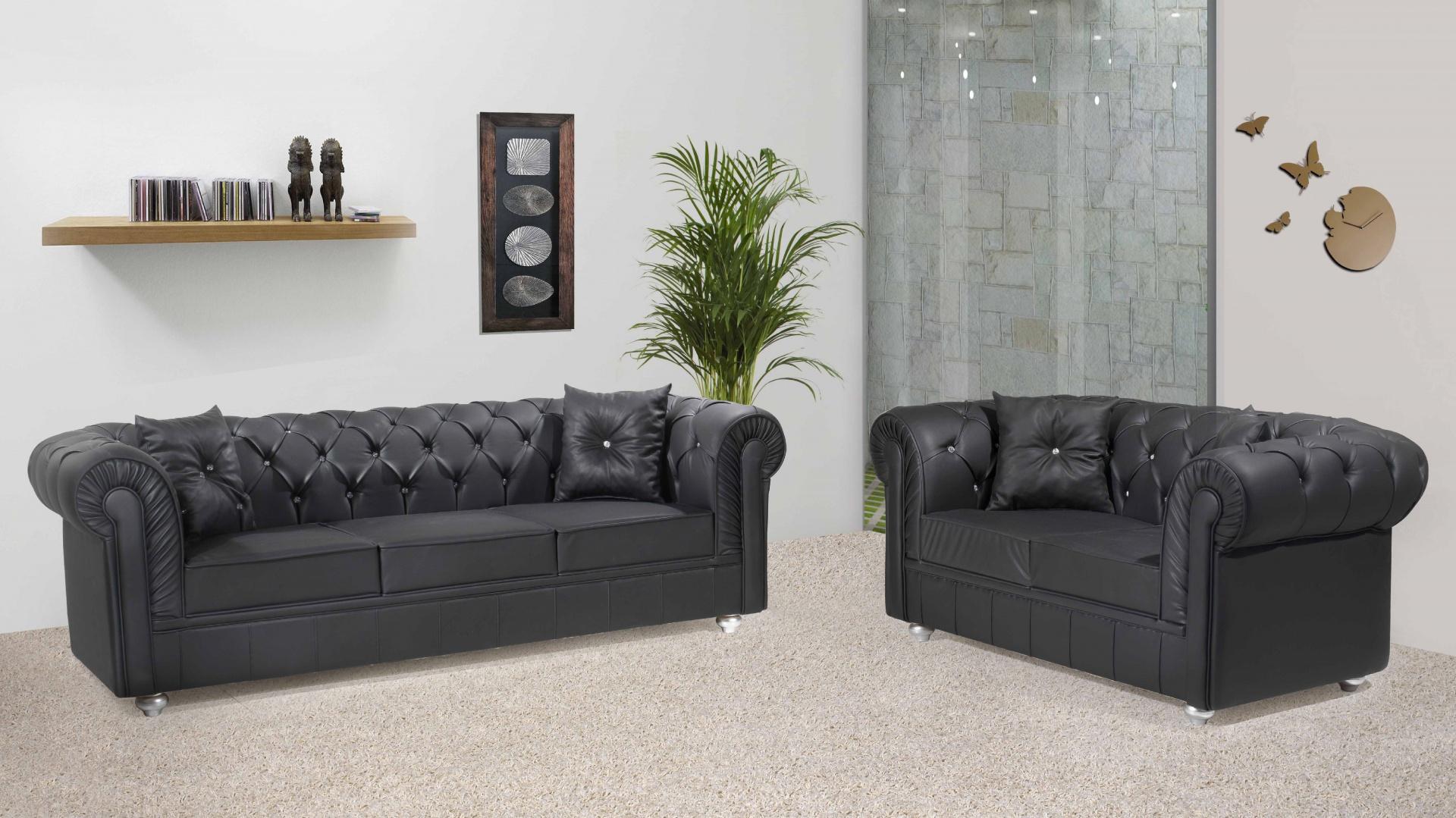 Klasyczne pikowane sofy tapicerowane czarną skórą. Fot. Turkish Home.