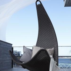 Podwieszane siedzisko Svinga Ikea idealne do ogrodu, tarasu czy balkonu. Fot. Ikea.