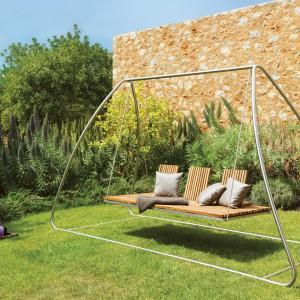 Huśtawka ogrodowa z kolekcji Home marki Viteo, której siedzisko wykonano z drewna teakowego. Fot. Viteo.