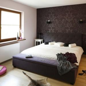 Ciemna tapeta kontrastuje z pozostałymi, jasnymi ścianami wprowadzając do sypialni akcent w stylu glamour. Proj.Jolanta Kwilman. Fot.Bartosz Jarosz.