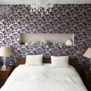 Na ścianie za łóżkiem umieszczono wzorzystą tapetę oraz jasną wnękę, która dodaje ścianie lekkości. Jasna półka tworzy praktyczne rozwiązanie na przechowywanie drobiazgów. Projekt: Piotr Stanisz. Fot. Bartosz Jarosz.