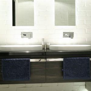 W utrzymanej w czystej, świeżej bieli łazience podziały na dwie strefy umywalkowe jest czysto formalny - nic bowiem nie odróżnia jednej od drugiej. Projekt Dominik Respondek. Fot. Bartosz Jarosz.