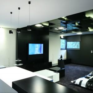 Zamocowanie telewizora na czarnej ścianie sprawi, że obraz stanie się bardziej widoczny. Fot. Katarzyna Kiełek.