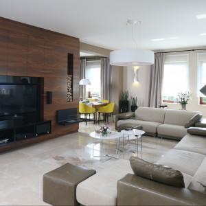 W salonie projektu Katarzyny Koszałki sprzęt telewizyjny ulokowano na specjalnej ścianie. Fot. Bartosz Jarosz.