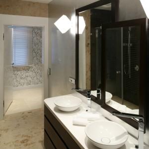 W utrzymanej w stylistyce SPA łazience dominują ciepłe kolory oraz okrągłe formy ceramiki. Dwie eleganckie umywalki nablatowe doskonale wpisują się w przyjęta stylistykę. Projekt Katarzyna Koszałka. Fot. Bartosz Jarosz.