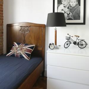 Funkcję szafki nocnej pełni komoda, na której ustawiono budzik i lampkę nocną. Fot. Bartosz Jarosz.