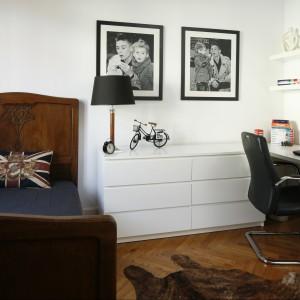 Oprawione zdjęcia braci to niezwykle elegancka, a zarazem sentymentalna dekoracja białej ściany. Fot. Bartosz Jarosz.