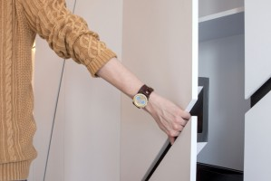 Pochwyty, dzięki którym można odsłonić fronty ukrywające szafki, telewizor i biurko.