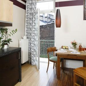 Niewielki, drewniany stolik jest wprost idealny na śniadanie lub poranną filiżankę kawy. Krzesła – każde inne – dopełniły całość. Projekt: InsideLab. Fot. Bartosz Jarosz.