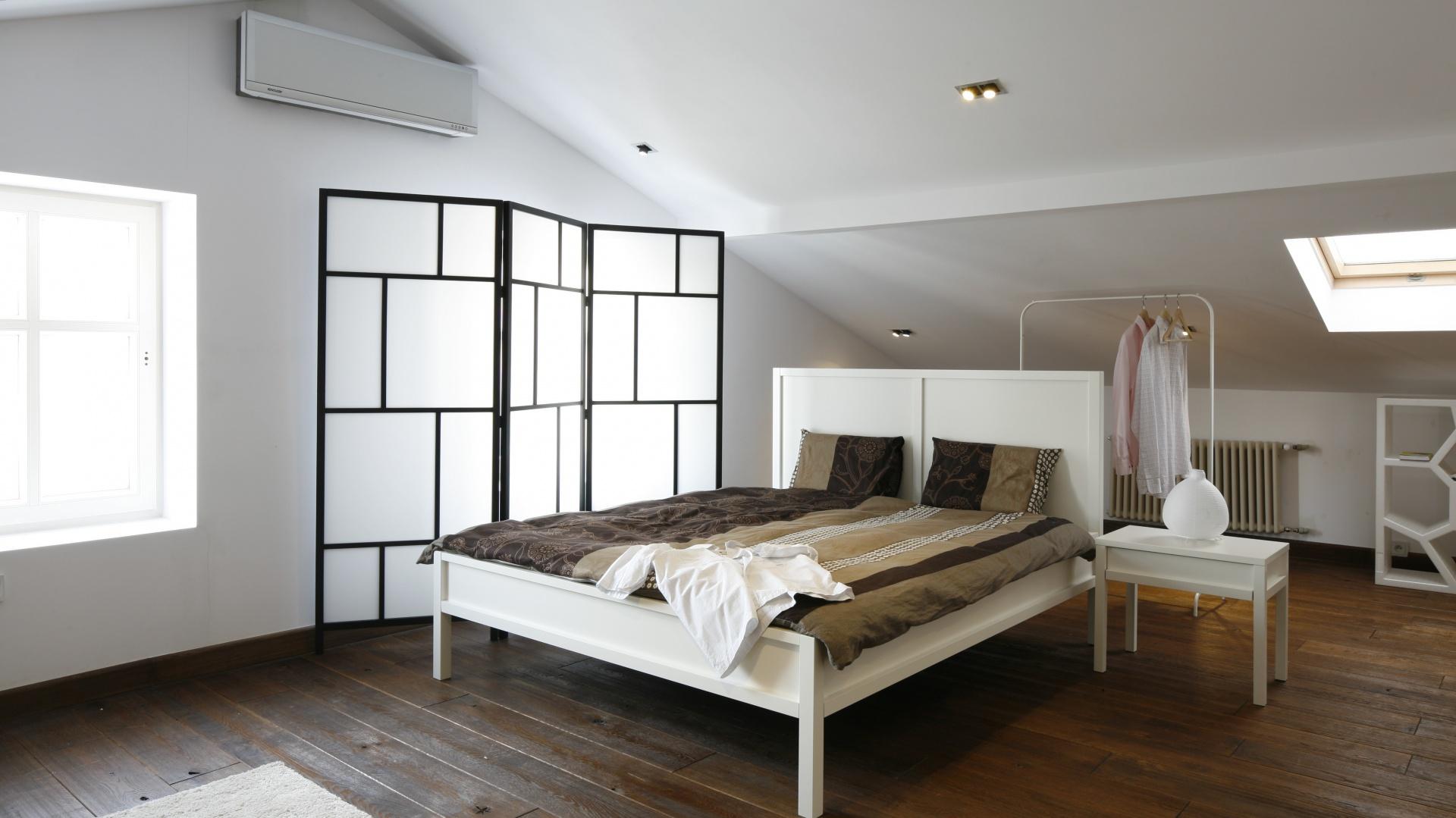 Biała Sypialnia Na Poddaszu Przestronne Minimalistyczne