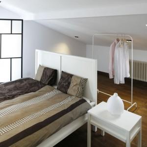 W sypialni konsekwentnie wybrano białe meble. Większość z nich jest mobilna - dzięki niewielkim rozmiarom w łatwy sposób możemy zmieniać ich konfigurację. Proj.Konrad Grodziński.Fot.Bartosz Jarosz.