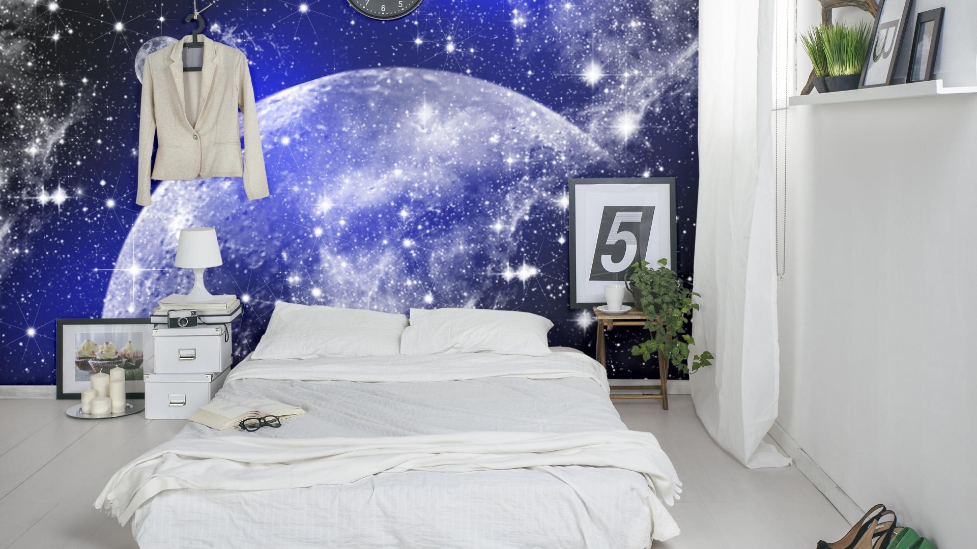 Kosmiczna fototapeta stanowi wyraźny akcent w sypialni. Fot.Dekornik.