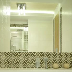Elementem, który zasadniczo odmienił chłodną stylistykę wnętrza stała się dekoracyjna mozaika utrzymana w stonowanej gamie brązów i beży. Za kreowanie nastroju relaksu odpowiada również oświetlenie. Projekt Karolina Łuczyńska. Fot. Bartosz Jarosz.