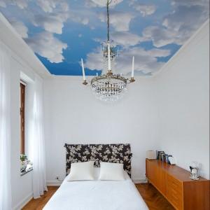 Sufit przypominający niebo to ciekawy pomysł na aranżację sypialni. Fot.Big Trix.