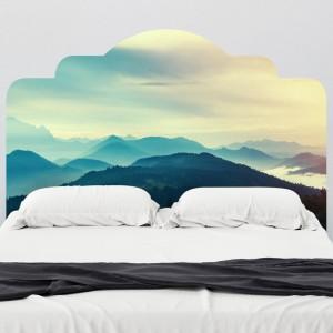 Zagłówek z delikatnymi chmurami nad pięknymi górami. Nowatorskie podejście do zagłówka w formie naklejki oferuje amerykański sklep Walls need love. W ofercie sklepu znajdziemy wyjątkowe zdjęcia ujęte w kształt klasycznego zagłówka. Fot.Walls need love.