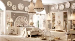 Wyrafinowana, ale nie przesadnie elegancka – taka jest kolekcja mebli i dekoracji do pokoju dziewczynek Monnalisa. Z nimi urządzisz niepowtarzalny pokój dla starszej lub młodszej córki.