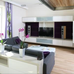 Wnętrze jest nowoczesne, ale przytulne, jasne i naturalne. Lite drewniane podłogi z deski jesionowej oraz marmur na zabudowie kominka połączone zostały z powierzchniami wykończonymi, ze względów praktycznych, płytkami gresowymi. Jasna kolorystyka z gamy beży i szarości podkreśliła przestronność wnętrza. Całość uzupełniają meble i dodatki z wysokiej jakości tkanin i skór. Projekt Monika i Adam Bronikowscy. Fot. Bartosz Jarosz.