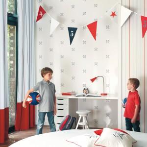 Tapety i zasłony z domieszką czerwieni subtelnie ożywią jasny pokój. Kolekcja My Room marki Casadeco. Fot. Casadeco.