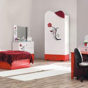Czerwono-białe meble z frontami ozdobionymi kwiatami to propozycja dla dorastającej romantyczki. Fot. Turkish Home.