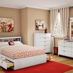 Romantyczna aranżacja której charakter, wzmacniają czerwone dekoracje. Fot. Southshore.ca.