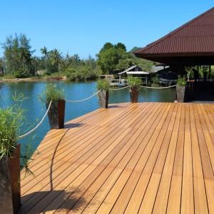 System z drewna bambusowego marki Kopp w skład którego wchodzą deski tarasowe z bambusa wertykalnego karbonizowanego wykończone wodnym olejem Woca w kolorze karmelowym lub w kolorze tekowym niezwykle trwałe i odporne na działanie czynników atmosferycznych. Fot. Kopp.