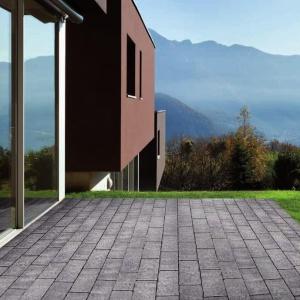 Kostki szlachetne Atrio marki Libet to urok harmonii.  System trzech regularnych prostokątów doskonale podkreśli urok wiekowych budynków, jak i nowoczesnych brył otoczonych dużą ilością zieleni. Kostki Atrio Idealnie komponują się z cegłą i drewnem, są wytrzymałe, odporne na ścieranie czy zmiany atmosferyczne, dzięki czemu świetnie sprawdzą się na podjazdach. Delikatne przejścia kolorystyczne natomiast pięknie uzupełniają postarzaną fakturę. Fot. Libet.