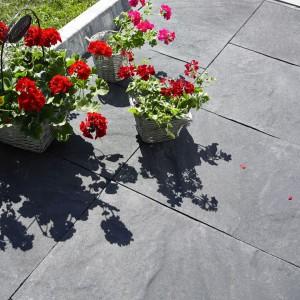 Płyty nawierzchniowe o dużych wymiarach Plaza Grande Struktura firmy PozBruk wyróżniają się subtelną strukturą zbliżoną do naturalnego kamienia. Ich duże wymiary stwarzają nowe możliwości aranżacyjne. Zróżnicowane wielkością elementy umożliwiają szybkie układanie interesujących kompozycji. Fot. PozBruk