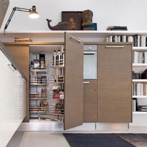 System do szafek narożnych z kolekcji mebli Pamela firmy Lube Cucine. Pozwala w całości wykorzystać wysoki narożnik. Zapewnia łatwy dostęp do wszystkich przechowywanych produktów.