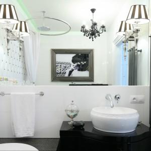 Przestrzeń łazienki jest jasna, spokojna i wypełniona światłem. O jej eleganckim, klasycznym i trochę wyrafinowanym charakterze przesądzają dodatki w stylu glamour. Projekt Małgorzata Galewska. Fot. Bartosz Jarosz.