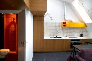 Prezentowana kuchnia stanowi harmonijne połączenie funkcjonalności i powściągliwej estetyki.