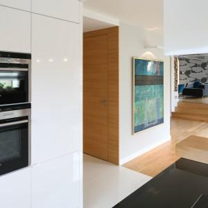 Przy kuchni znajduje się pojemna spiżarka. To wygodne rozwiązanie oferujące dodatkową przestrzeń na przechowywanie. Projekt: Małgorzata Galewska. Fot. Bartosz Jarosz. Stylizacja: Ewa Kozioł.