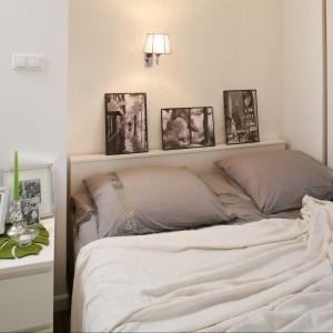 Jeden kinkiet umieszczony centralnie na ścianie wprowadza do sypialni delikatne światło. Proj.Małgorzata Mazur. Fot.Bartosz Jarosz.