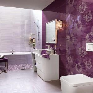 Utrzymane w ciemnoliliowej tonacji płytki ceramiczne na ścianę z kolekcji Cielo marki Fap Ceramiche z oryginalną, białą grafiką kwiatów. Fap Ceramiche.