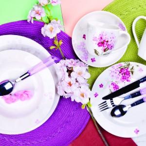 Zastawa stołowa marki Home&You z motywem biało-fioletowych letnich kwiatuszków. Fot. Home&You.
