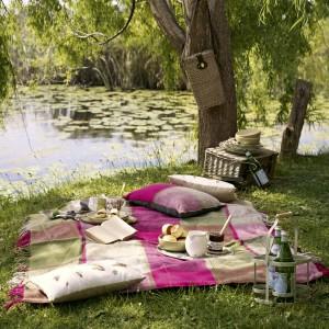 Tekstylia ogrodowe z letniej kolekcji Marks and Spencer w bardzo kobiecych kolorkach. Fot. Marks and Spencer.