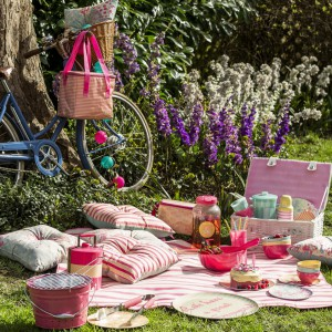 Zestaw akcesoriów piknikowych z dużym, plecionym koszem na niezbędne naczynia. Fot. Sainsburys Home.