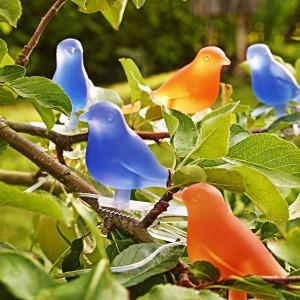 Niebieskie i pomarańczowe lampki ogrodowe marki Ikea o kształcie ptaszków. Fot. Ikea.