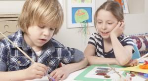 Twoje dziecko uwielbia rysować? Zorganizuj mu wystawę prac w jego własnym pokoju. Oryginalnie ozdobisz wnętrze oraz zmotywujesz pociechę do dalszego rozwijania zdolności plastycznych.
