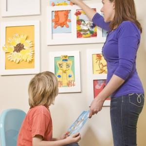 Ekspozycja prac dziecka z pewnością zachęci je do dalszego rozwoju talentu. Fot. Articulate.