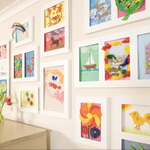 Rysunkami można udekorować cała ścianę lub jej część - wieszając gdzie nie gdzie poszczególne obrazki. Fot. Articulate.