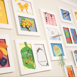 Kolorowe obrazki wykonane przez dzieci to pomysł na niepowtarzalną dekoracje ściany. Fot. Articulate.