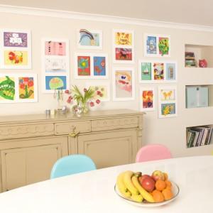 Dziełami małego artysty można udekorować także ścinę w jadalni czy salonie. Fot. Articulate.