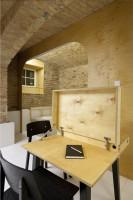 Praktyczny, rozkładany stół drewniany, który znajdzie zastosowanie w każdym domowym gabinecie.