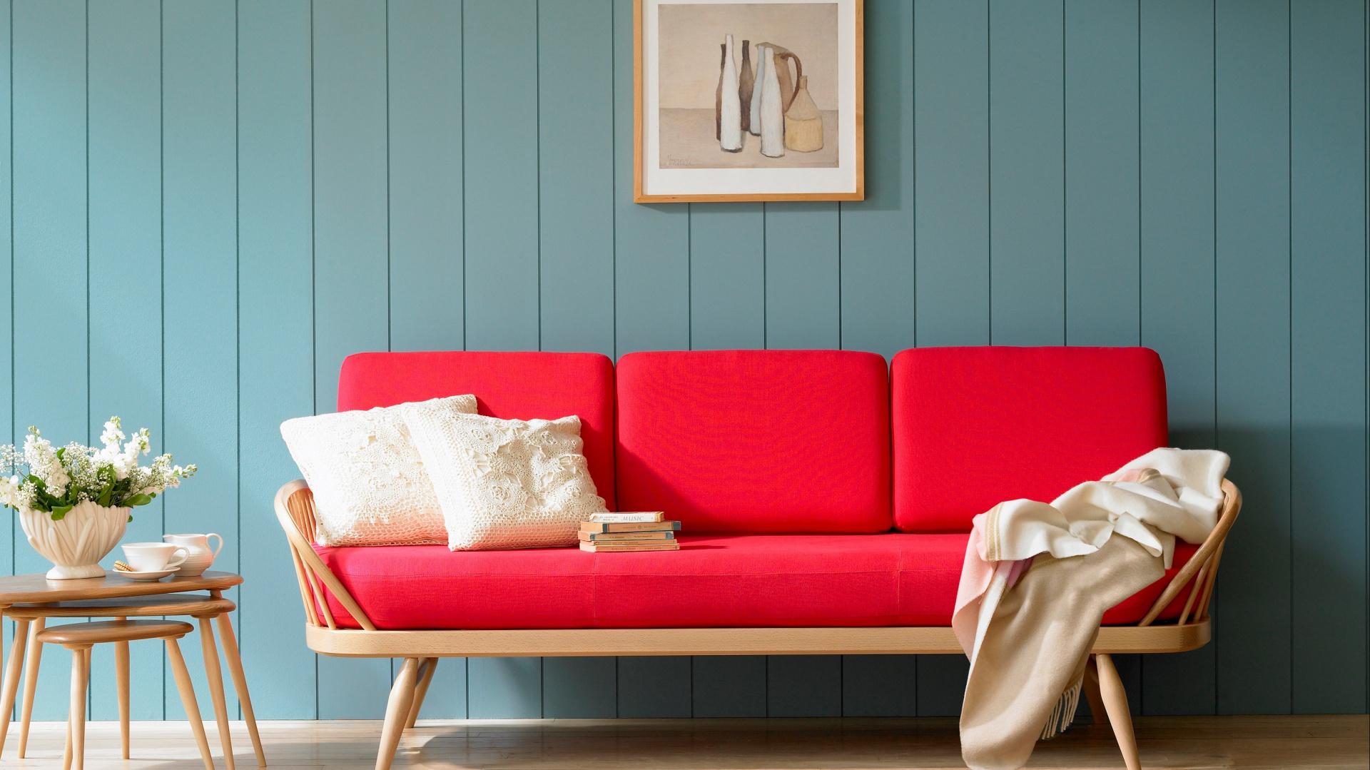 Intensywnie czerwona sofa w nowoczesnej formie. Fot. Furniture Village.