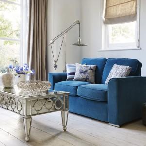 Niebieska, dwuosobowa sofa ożywi jasne wnętrze. Fot. Furniture Village.