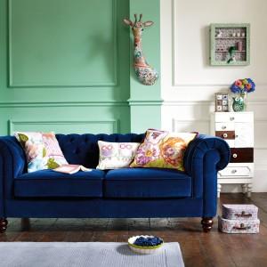 Klasyczna, pikowana kanapa w niebieskim kolorze. Fot. Debenhams.